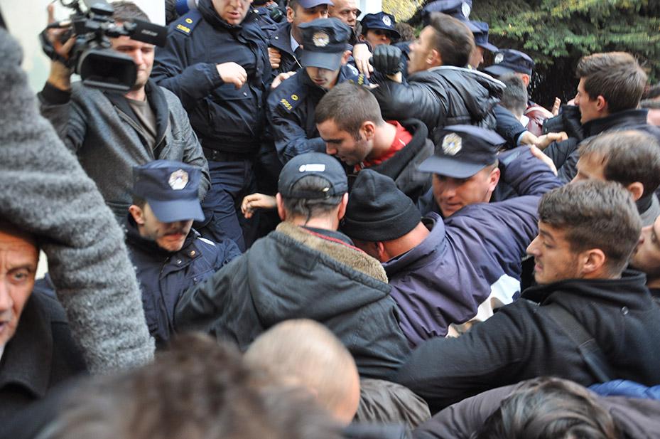 Varferia në Kosovë dhe Shqipëri-POPULLI NË VARFËRI, POLITIKANËT FLEJNË NË MILIONA - Faqe 2 Gazweartretttt