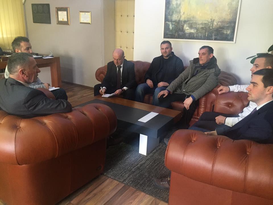 Kryetari Kamberi dhe deputeti Hasani takojnë përfaqësuesit e Lëvizjes Vatra