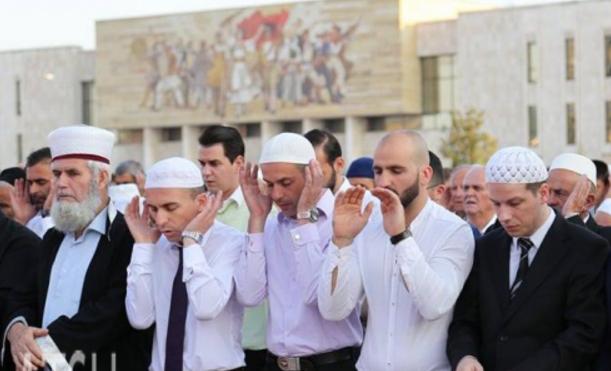 Besimtarët myslimanë kremtojnë Fitër Bajramin  falin namazin në sheshin  Skënderbej