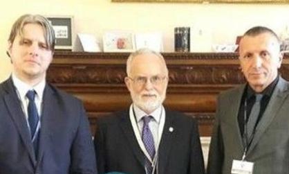 Ambasadori britanik  bashkon  për 2 minuta sa per një syret  kokat e PVD APN  lakmitarë te pushtetit